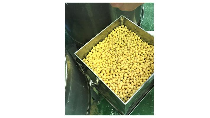 江別産大豆ユキホマレ100%使用。大豆を洗浄した後、自家用井水に14時間漬け約2.5倍から3倍の大きさにします。