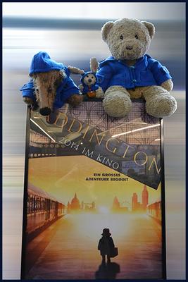 Fredi, Cäsar und Kasimir sitzen hoch oben auf dem Kinoplakat von Paddington