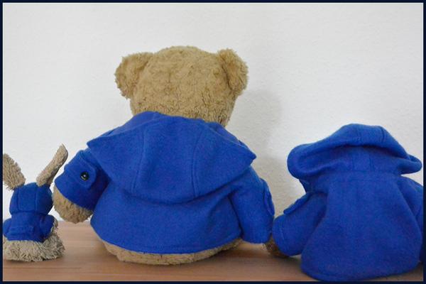 Cäsar, Kasimir und Fredi von hinten in ihren blauen Paddington-Dufflecoats
