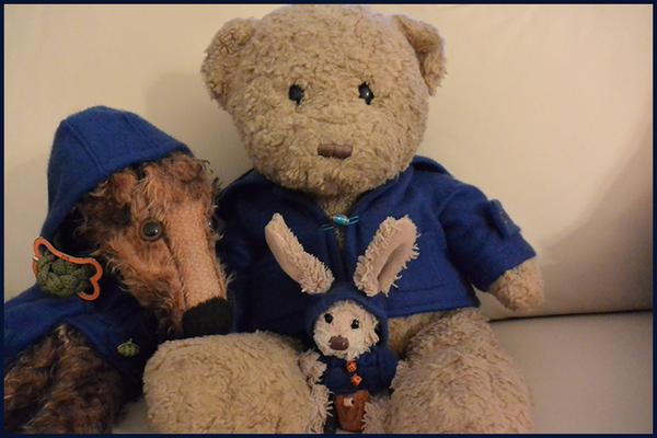 Kasimir und Fredi von vorne in ihren blauen Paddington-Dufflecoats