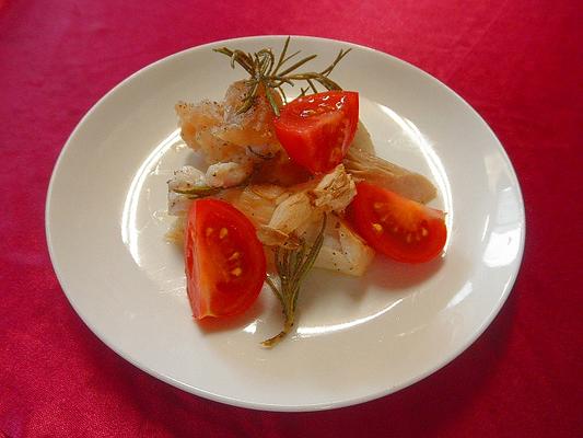 #マイカの子の香味焼き #マイカの子 #内臓にニンニク #ローズマリー #塩コショウを加え #オリーブオイルをかけオーブンで焼く #あしらいはミニトマト