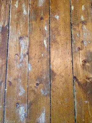Fleckerlteppich: mit Holzkitt ausgebesserte Stellen vor dem Schleifen