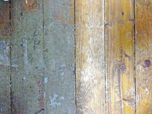 Jede Stelle sieht anders aus. In den ganz hellen Bereichen schaut das blanke Holz hervor.