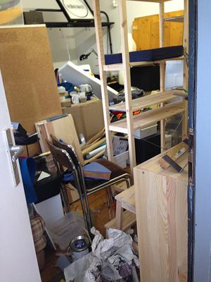 ...beim letzten Abschnitt direkt vor der Tür: der restliche Raum war komplett zugestellt. Da, wo der Holztritt steht, habe ich dann meinen glorreichen Endspurt hingelegt.