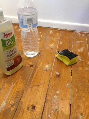 Parkettpflege (Herstellen der Verdünnung in einer Plastikflasche), Auftragen mit Schwamm (groooßzügig!)