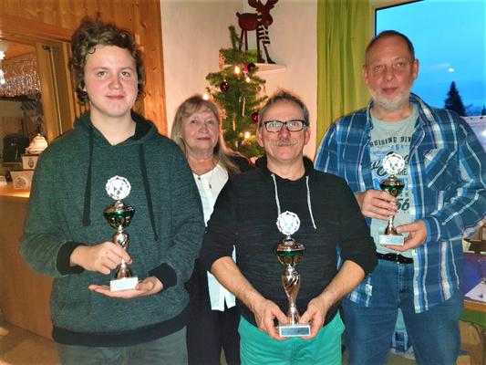 Vereinsmeister 2019: v.l. Bennedikt Hoffmann, Jörg Lenz und Markus Mühleis. Mit auf dem Bild ist 1. Vors. Elli Hirschmann.