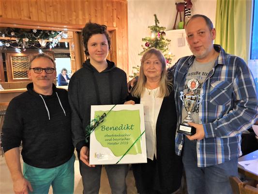 V.l.: 2. Vors. Jörg Lenz, Ofr. - und Bay. Jugendmeister 2019 Bennedikt Hoffmann, 1. Vors. Elli Hirschmann und Markus Mühleis Gewinner des Hans Wölfel - Gedächtnispokales 2019