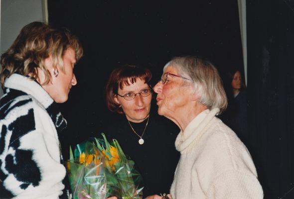 Gratulation nach gelungenem Auftakt des neugegründeten Kasperlitheaters, das sie von Dorli Blumer übernommen haben.