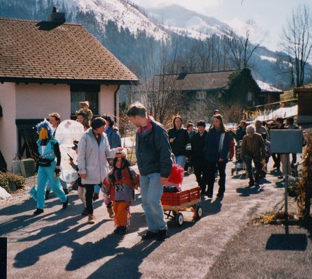Umzug durchs Dorf.