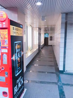 自販機のすぐ右奥に進みます。