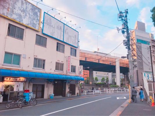 千代田街ビルを左手に、JR中央・総武線を右手に道なりに進みます。左手奥には首都高速5号池袋線が上を走ります。