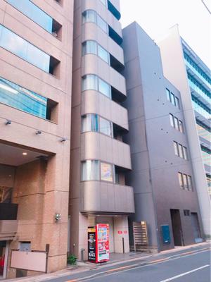 少し進むと飲食店「飯田橋 喝采」さんが見えます。その隣の自販機が目印です。