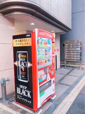 目印の自販機。その奥に山田ラインビルⅡの看板があります。