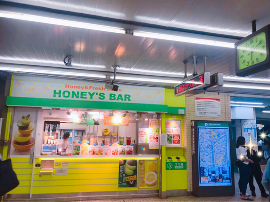 JR飯田橋駅東口改札を出ると正面にHONEY'S BARが見えます。