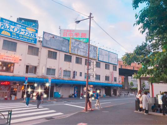 高架下をくぐり抜けると左手に千代田街ビル、右手に東京メトロ地下鉄出入り口(A1)が見えます。