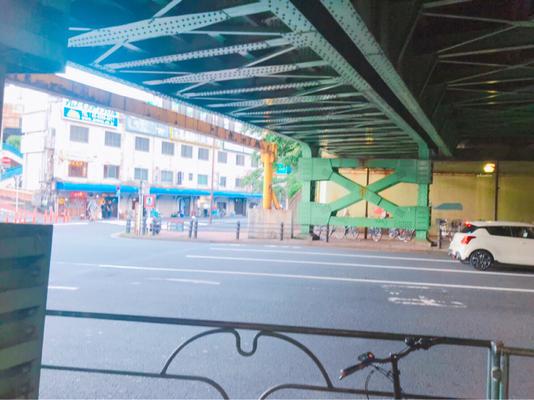 左奥には千代田街ビルが見えます。飲食店が見えます。