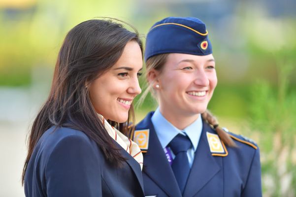 Longenführerin Sophie Kuhn und Hannah Steverding