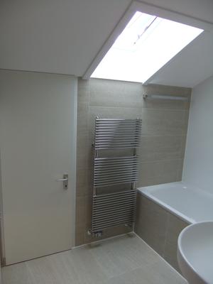 Ein Dachfenster sorgt für Helligkeit im neuen Bad