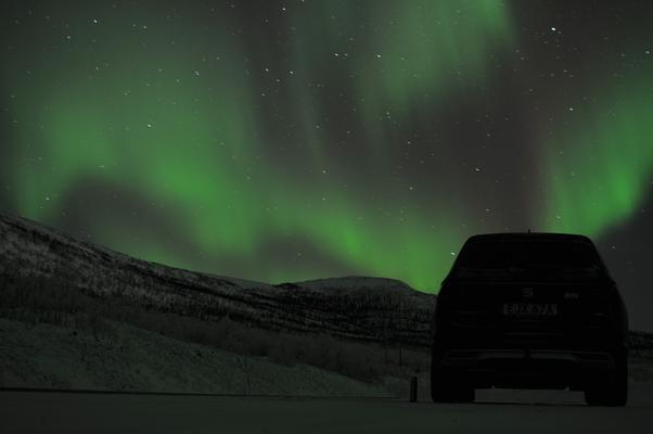Polarlichter mitten in der Nacht bei -25°C im winterlichen Kiruna