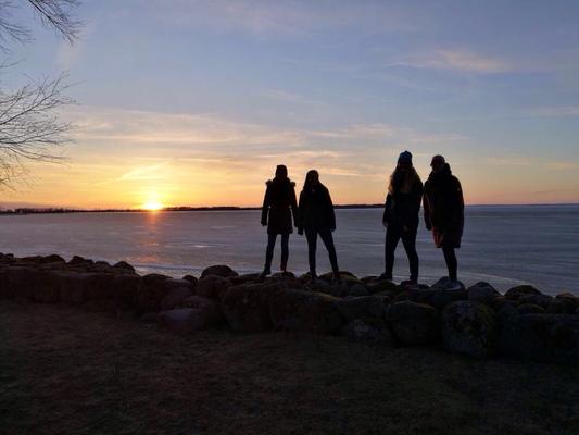 Magdalena Kollbeck, Irina Weiß, Maria Korten und Stephanie Jarvers am Vätternsee in Vadstena