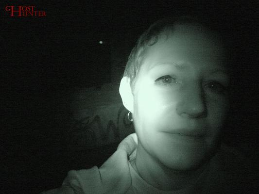 Angelika lud während der ESP-Sitzung ein, sie zu berühren, an der Kleidung zu zupfen, etc. während sie um sich herum fotografierte. #Ghosthunters #paranormal #ghosts #geist