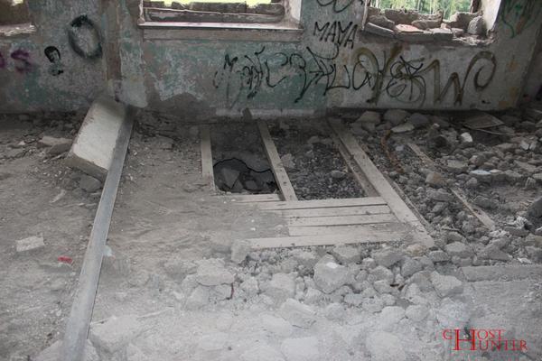 Hier versuchte sich wohl jemand an einem Durchbruch ins darunter liegende Stockwerk. #Ghosthunters #paranormal #ghosts #geister