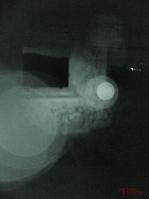 Hier ein sehr schönes Beispiel für einen Fotografie-Fehler. Hier wurde IR-Licht von der Handycam von Sunny aufgefangen, der gerade in die Richtung der Fotokamera filmte. #Ghosthunters #paranormal #ghosts #geist