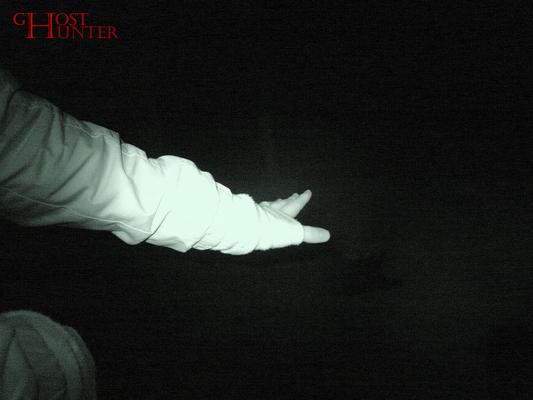Auch hier ein interessantes Phänomen. Sarinas Hand, an der sie unterschiedliche Temperaturen wahrnahm, wirft durch den unterschiedlichen IR-Lichteinfall zwei Schatten. #ghosthunters #ghosts #paranormal #geister