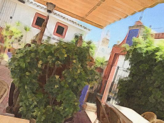 Patio del restaurante La Resolana, en Salteras. Vista de la torre de la Iglesia.