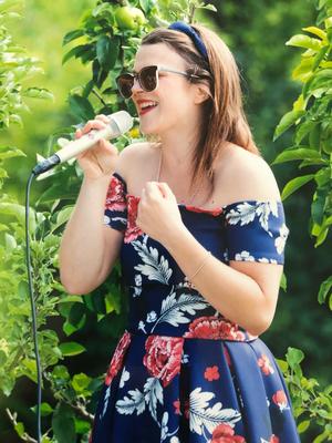 Alma Cilurzo Hochzeitssängerin singt in St. Gallen Kartause Ittingen blaues kleid