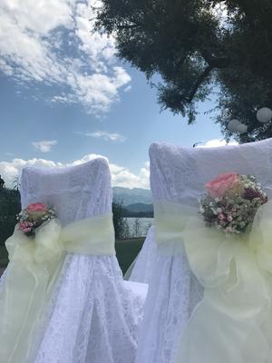 Alma Cilurzo Hochzeitssängerin Hochzeitslocation Schlosshotel Merlischachen Trauung am See Hochzeitsdekoration Schleifen