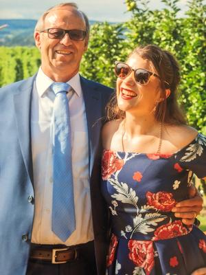 Ama Cilurzo Sängerin Hochzeitssängerin blaues Kleid Apfelbaum Kartause Ittingen St.Gallen Wil Schweiz Trauredner