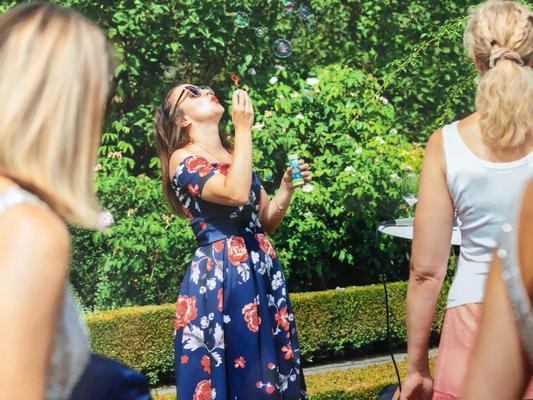 Alma Cilurzo Hochzeitssängerin singt in St. Gallen Kartause Ittingen blaues kleid seifenblasen