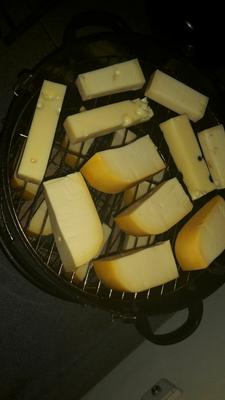Der Käse im Räucherofen.