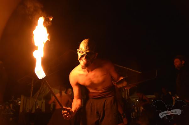 """Die Feuershow """"Harlekin on Fire"""" auf dem M'era Luna-Festival 2018 / Foto: Dunkelklaus"""