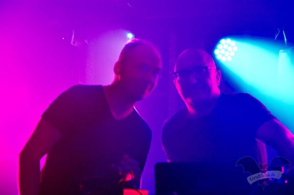 [v.l.] DJ Lo-Renz und DJ Patrick Codenys (Front 242) / Foto: Dunkelklaus