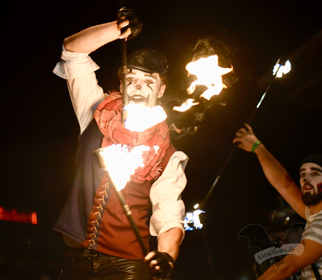 "Die Feuershow ""Harlekin on Fire"" auf dem M'era Luna-Festival 2018 / Foto: Batty Blue"