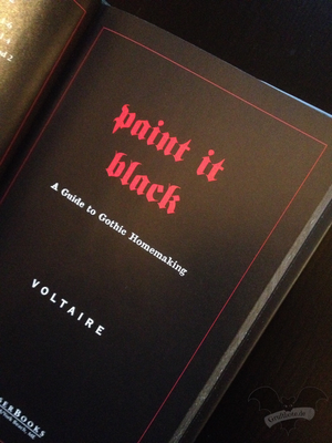 "Das Buch ""Paint it Black - A Guide to Gothic Homemaking"" von Aurelio Voltaire / Foto: Gothamella"
