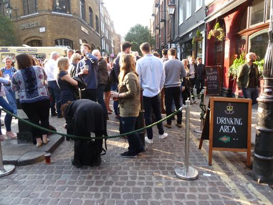 Trinkzonen vor Pub