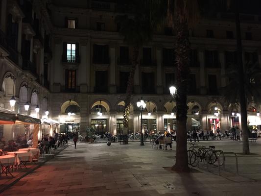 Plaza Real mit Fackeln in den Arkaden