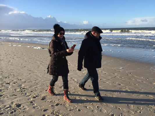 Ein Paar in Eintracht - man achte auf Barbaras Handy ... (mit Geissbock)