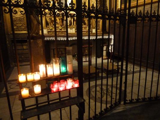 Bunte Kerzen in der Santa Maria del Pi