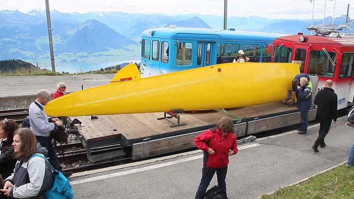 Segelflugzeuge werden in Teilen mit der Zahnradbahn auf die Rigi transportiert und später zusammengebaut.