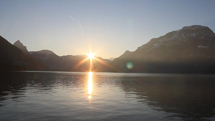 Sonnenaufgang in Brunnen mit dem Mythen links und dem Fronalpstock rechts.
