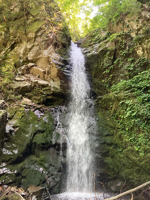 法師が滝 三徳山の行者・法師が修行した滝です