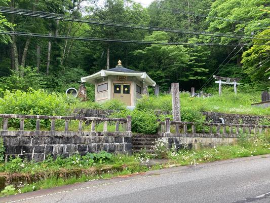 香霊殿は草がぼうぼうでした