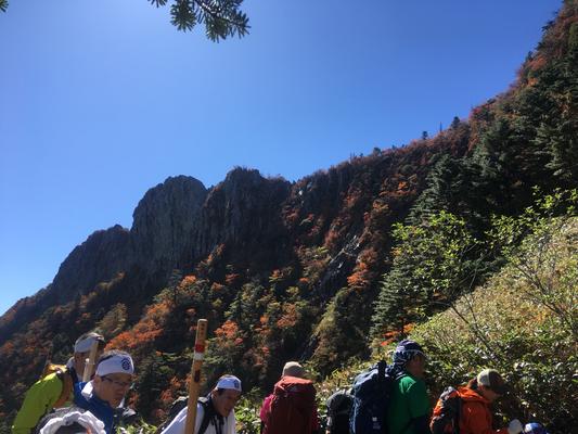 紅葉で御山が荘厳されているようです