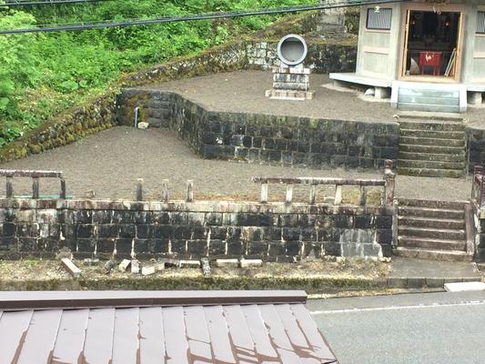 地震で玉垣が倒れました