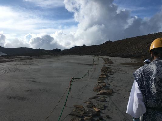 二の池への道 火山灰が多く残っています