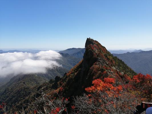 頂上から天狗岳を望む